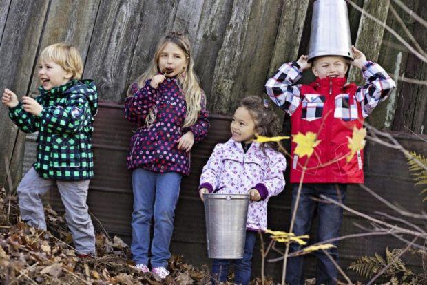 детские весенние куртки яркие в рисунки