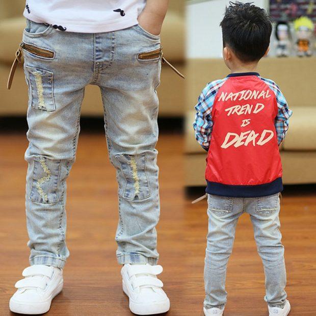 светлые джинсы для мальчика кофта с надписью