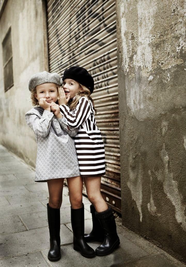небрежный стиль одежды для девочек черно-белое платье резиновые сапоги