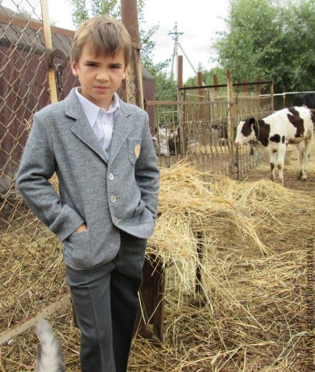 трикотажный пиджак серый для мальчиков