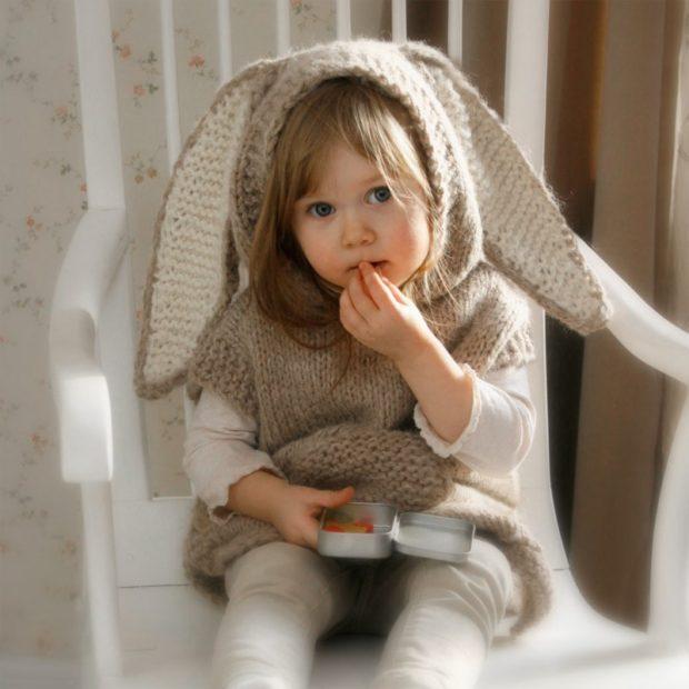 вязаная жилетка с ушками для девочки