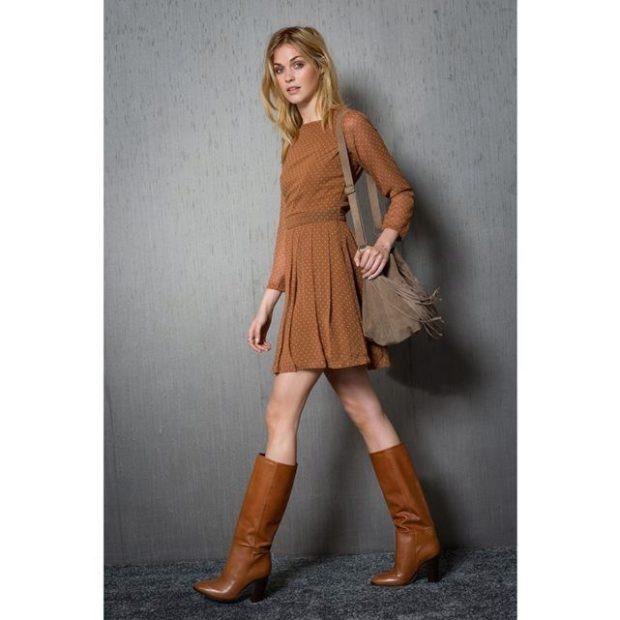 коричневые сапоги с коричневым платьем