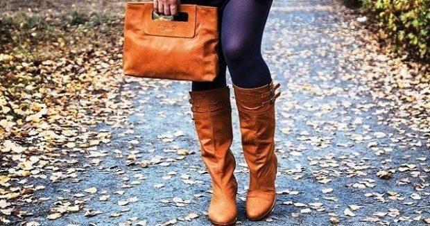 коричневые сапоги с коричневой сумкой