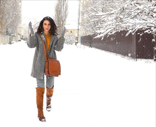 коричневые сапоги с коричневой сумкой и серой верхней одеждой