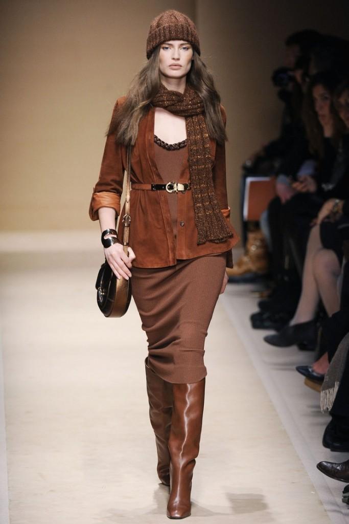 коричневые сапоги с коричневой юбкой и пиджаком
