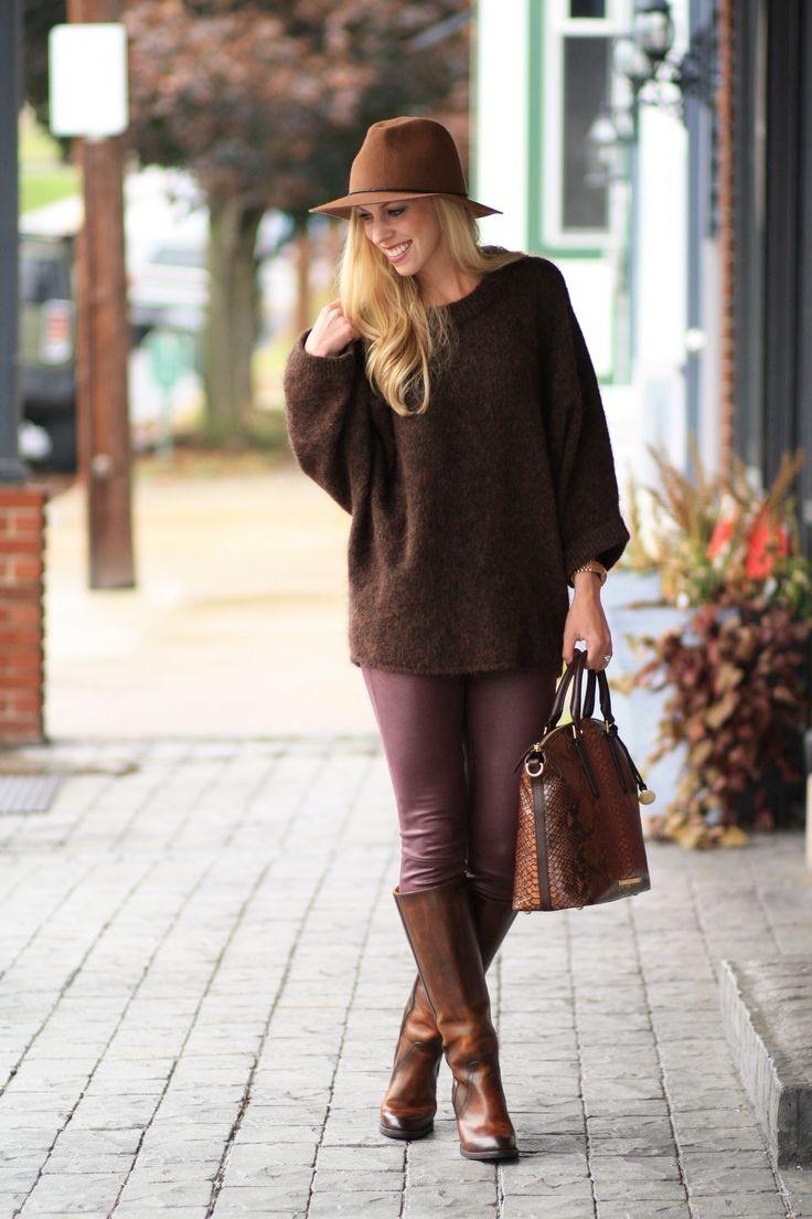 коричневые сапоги с коричневой сумкой и шляпой