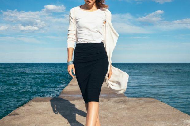 летние модные образы 2018: черная юбка белая майка под кофточку