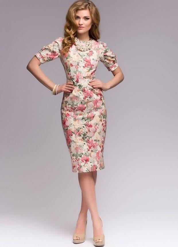 платье-футляр в цветы