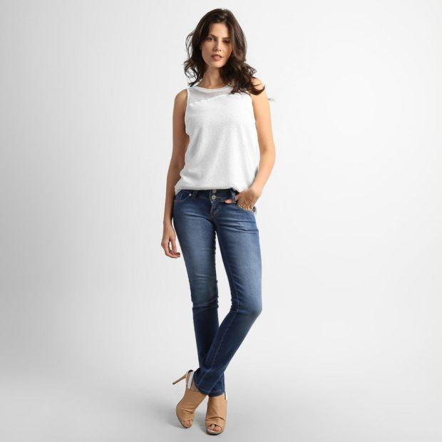 летние образы 2018 для женщин: джинсы классические под майку белую