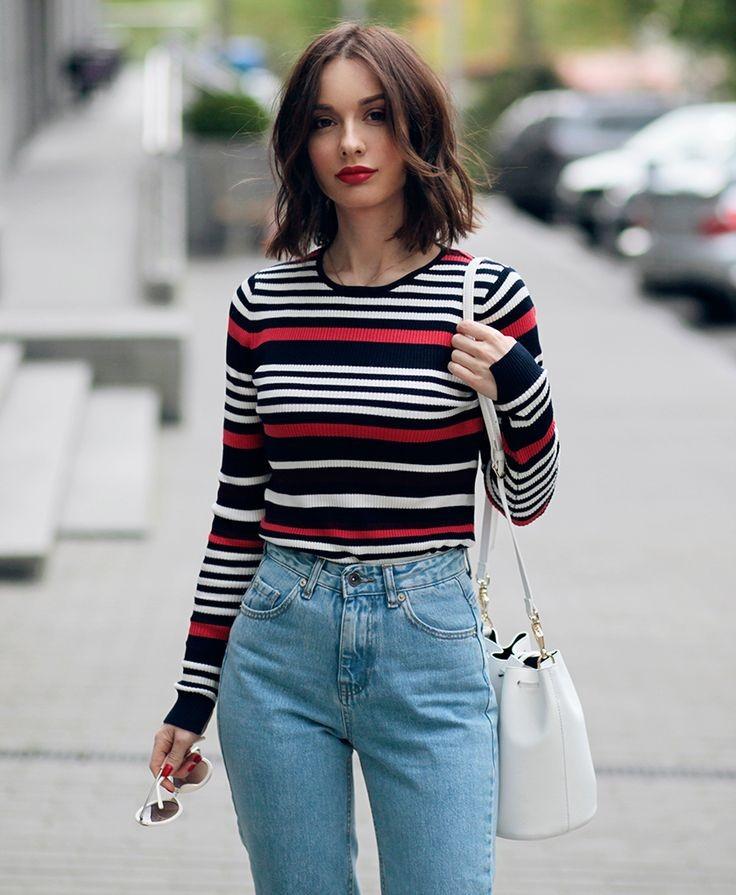летние образы 2018 для женщин: джинсы высокая талия под полосатую кофту