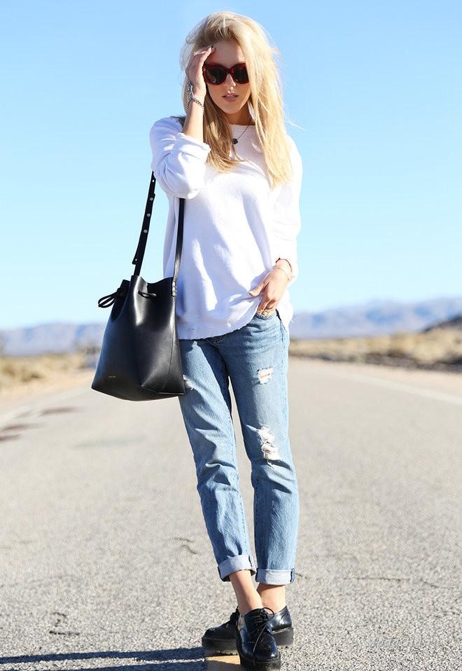 летние образы 2018 для женщин: рваные джинсы под кофточку белую