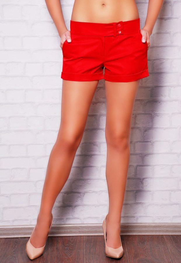 красные тканевые шортики