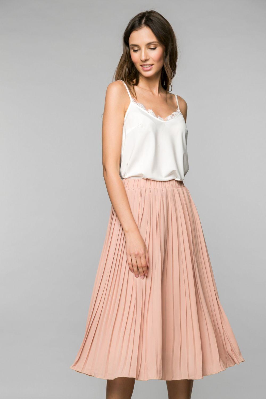 летние женские образы 2018: юбка персиковая плиссе по колено