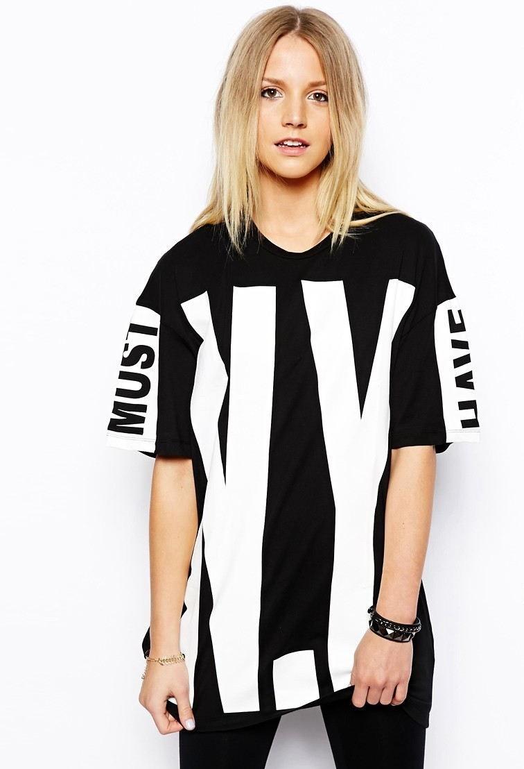 летние женские образы 2018: футболка оверсайз черная с надписью