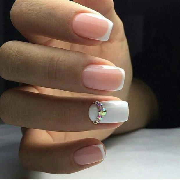 френч на ногтях 2018-2019: классический один палец белый со стразами фото новинки модные тенденции