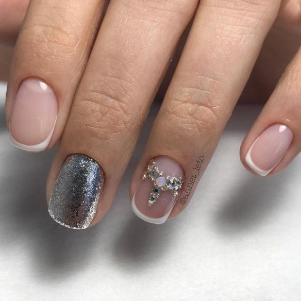 френч 2018-2019: один палец серебро на другом камушки фото новинки модные тенденции