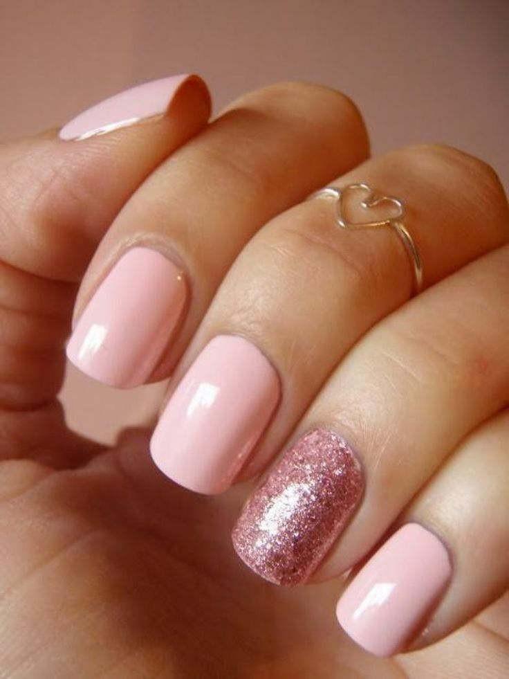 маникюр пастельных тонов розоватый один палец песок
