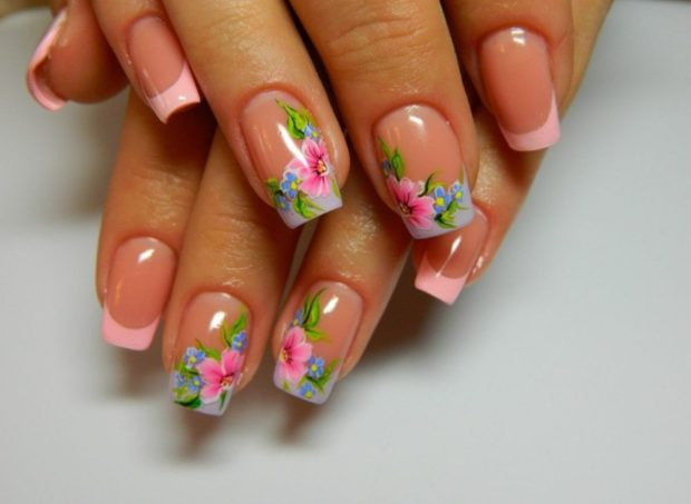 френч на ногтях 2018-2019: розовая улыбка с цветами на двух пальцах фото новинки