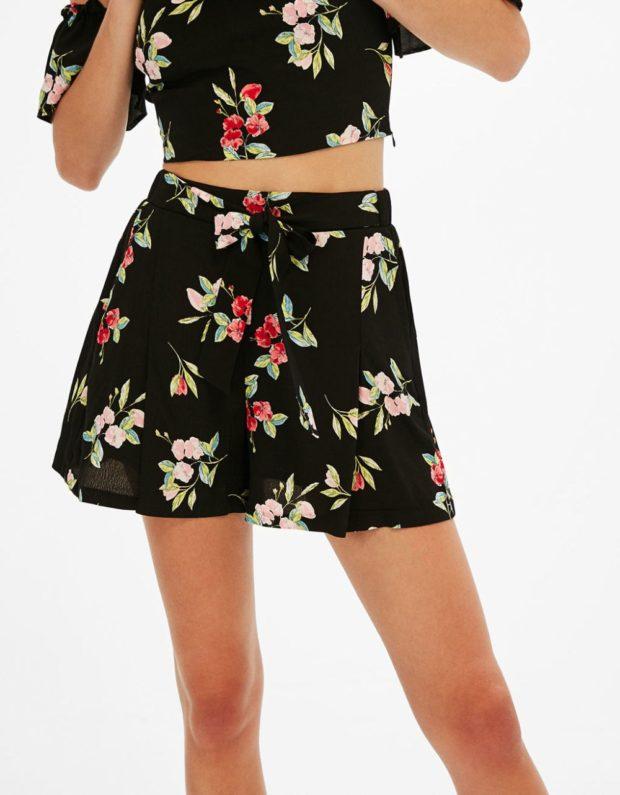 черные тонкие шорты в цветы