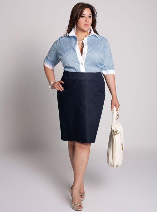 синяя рубашка с черной юбкой
