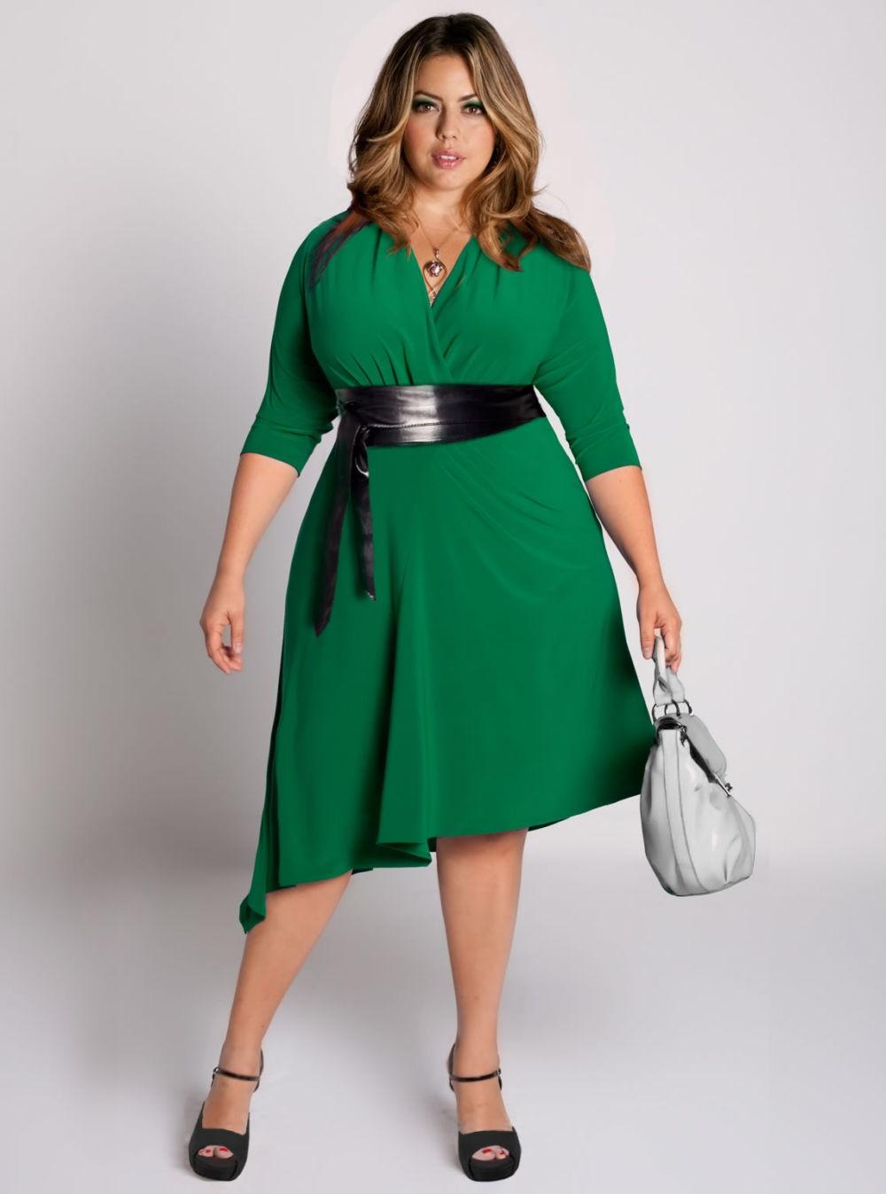 зеленое платье с широким черным поясом