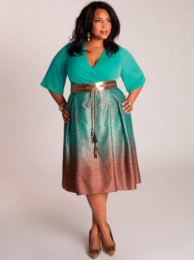салатовое платье в принт с золотым широким поясом