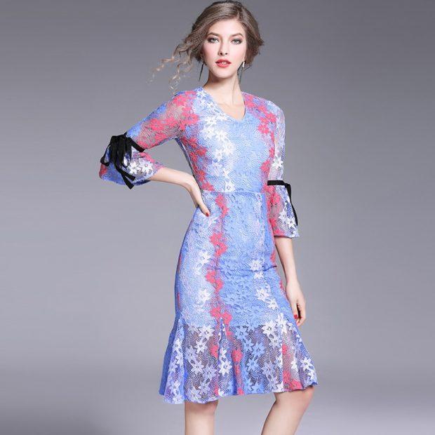 платье цветное с воланами внизу юбки на рукавах