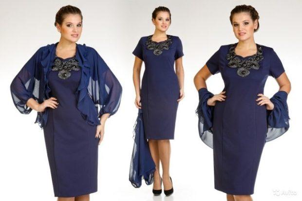 синее деловое платье с украшенеим на груди по колено