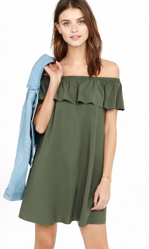 зеленое платье открытые плечи с воланами
