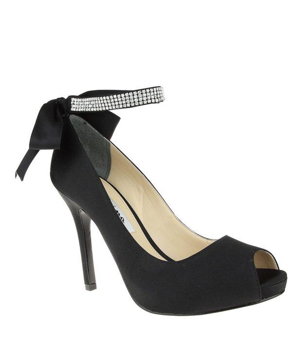 модная обувь на новый год: черный высокий каблук