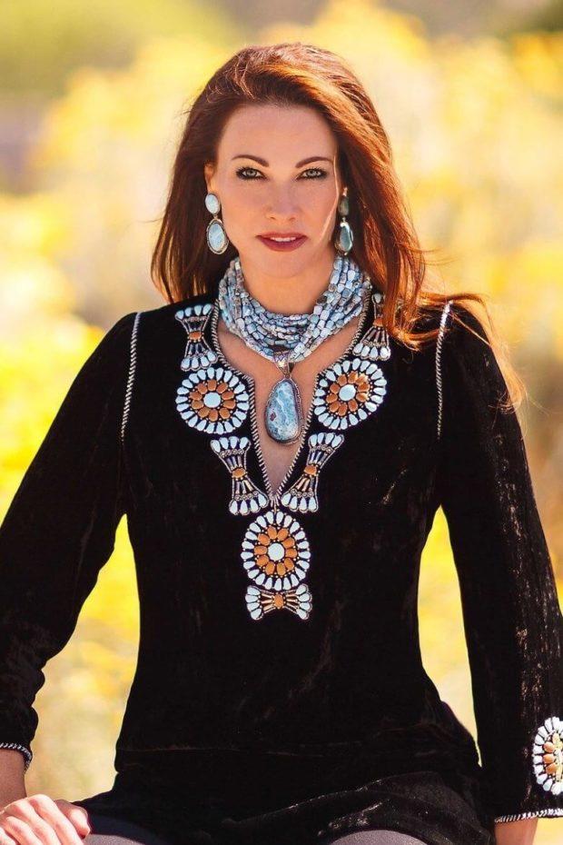 модная бижутерия 2019-2020: на шею бусы с кулоном в форме капли сережки