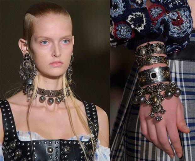 модная бижутерия 2019-2020: массивные сережки висячие на шею