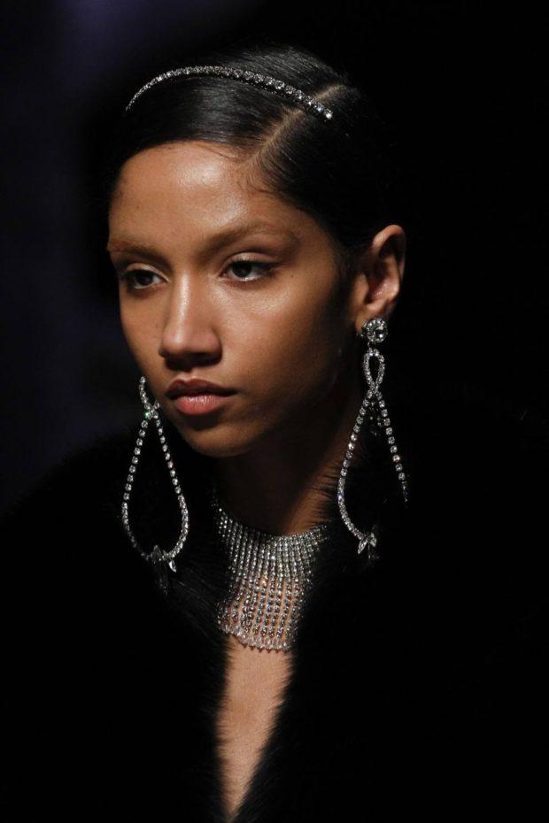 модная бижутерия 2018-2019: сережки висячие из камушков