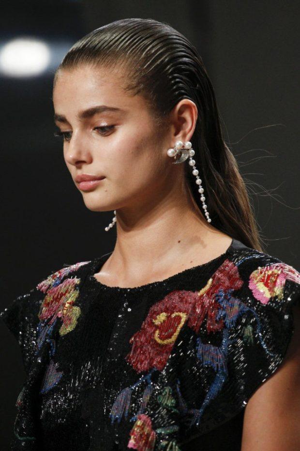 модная бижутерия 2019-2020: висячие сережки под жемчуг