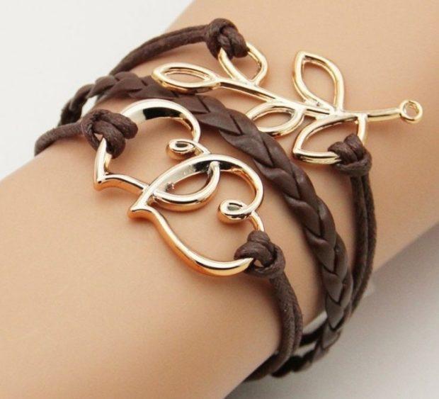 украшения 2019-2020: кожаный браслет коричневый с золотыми украшениями