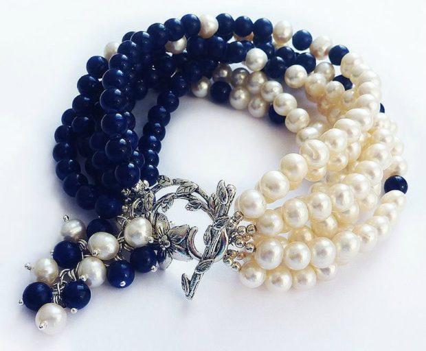 украшения 2018-2019: браслет из бусин синих белых с серебристыми вставками
