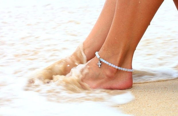 украшения 2019-2020: браслет на ногу из камушек с крестиком