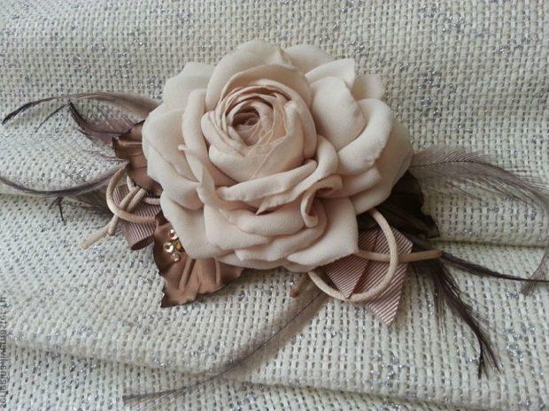 модная бижутерия 2018-2019: большая брошка роза с перьями
