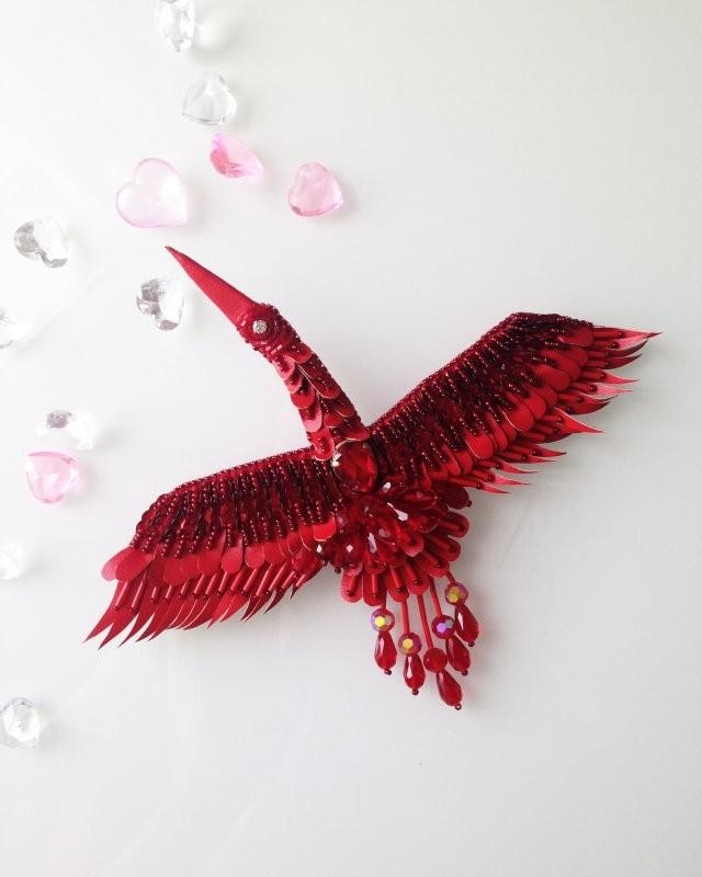 брошка из красных камней в форме птички