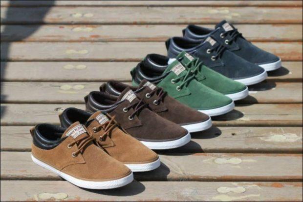 мужская обувь 2020-2021: мокасины на белой подошве коричневые бежевые зеленые синие