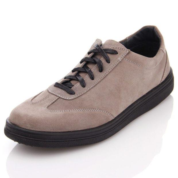 серые замшевые туфли со шнурками