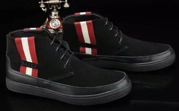 замшевые ботинки с полосками по бокам