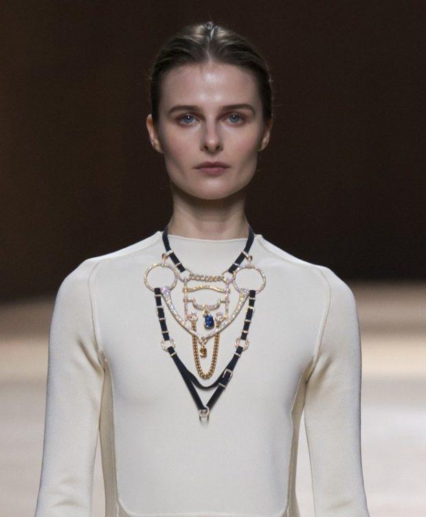модные женские аксессуары: бижутерия на шею объемная из бусин и камней