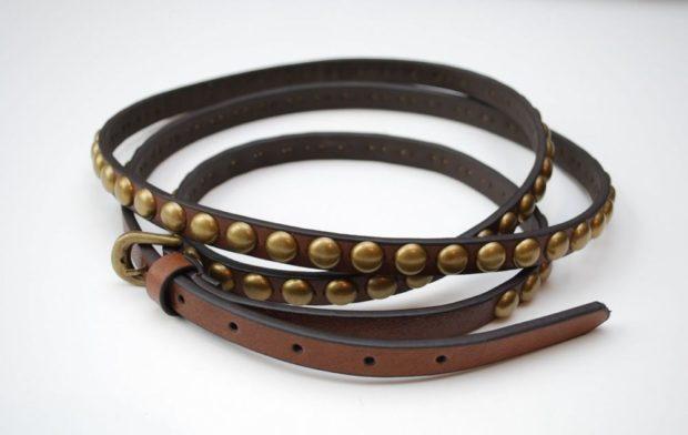 модные аксессуары: ремень кожаный тонкий с заклепками