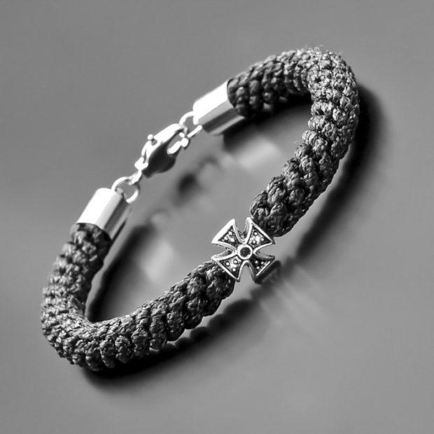 кожаный браслет черный с серебристой застежкой и украшением