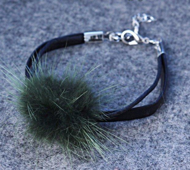 модные браслеты: в три нити с меховым украшением