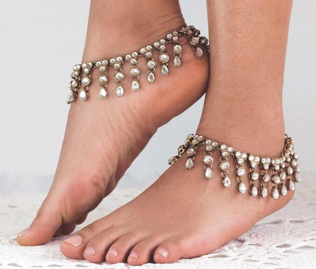 модные браслеты: с висячими украшениями с камешками