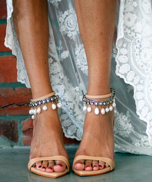 модные браслеты: с бусинками и камешками висюльками
