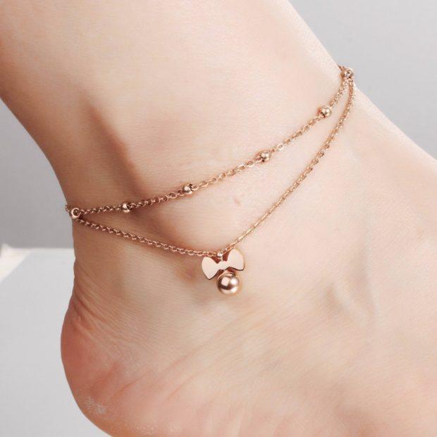 женские браслеты: на тонкой цепочке с бусинками