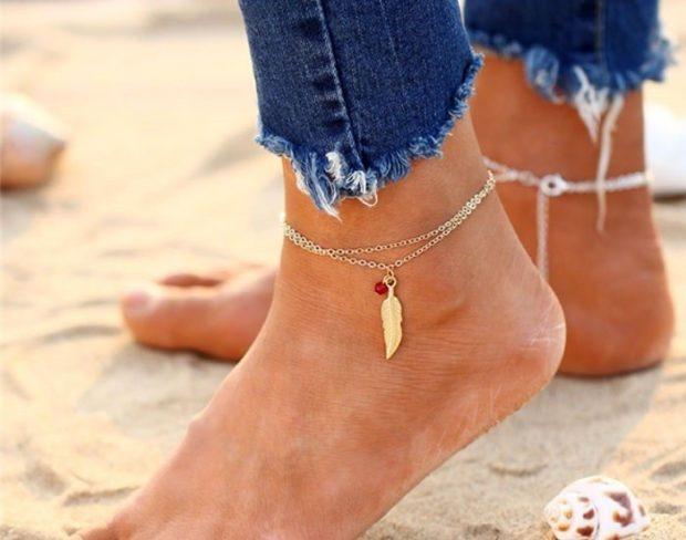 женские браслеты: на ногу тонкая цепочка с перышком